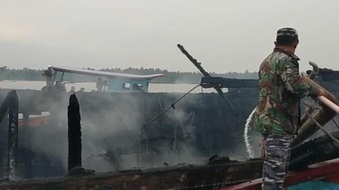 Kebakaran kapal di Asahan (dok. Lanal TBA)