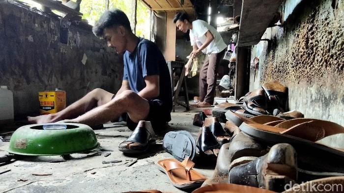 Selain Cibaduyut, Indonesia juga punya sentra pembuatan sepatu dan sandal berbahan kulit yang mendunia. Namanya sepatu Bunut di Kabupaten Asahan, Sumut.