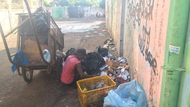 Kondisi di Kramat Pulo, Kramat, Senen Jakarta Pusat (Jakpus) saat jam pengangkutan sampah pada pukul 14.30 WIB.
