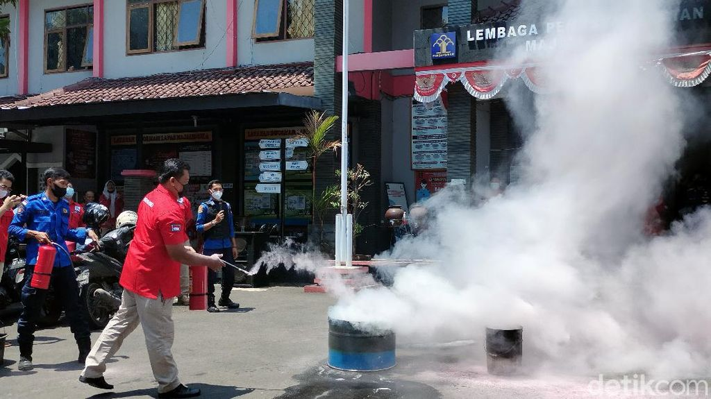 Antisipasi Kebakaran, Petugas-Napi Lapas Majalengka Latihan Padamkan Api