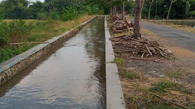 Lokasi saluran air yang berubah merah di Desa Bulan-Ngreden, Kecamatan Wonosari, Klaten, Kamis (16/9/2021).