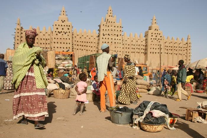 Masjid di Djenné, Mali, Afrika Barat. Banyak penduduk di Mali memeluk agama Islam.