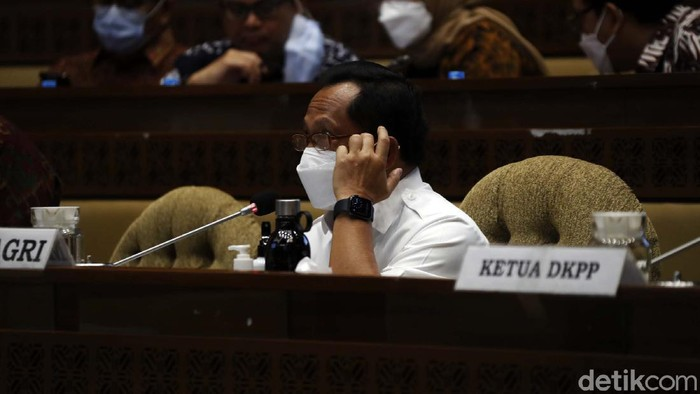 Mendagri Tito Karnavian mengikuti Raker dengan Komisi II DPR RI. Tito mengusulkan Pemilu digelar pada April atau Mei 2024.