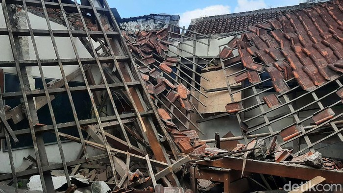 Dua kelas di SDN Otista, Kota Bogor, tiba-tiba ambruk. Begini potretnya.