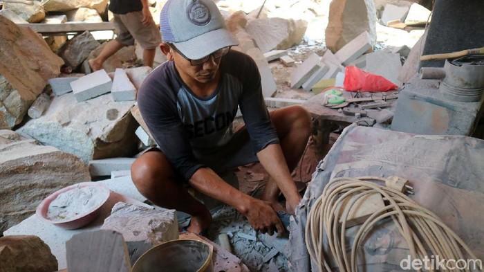 Desa Jurang, Kecamatan Gebog, Kabupaten Kudus, Jateng dikenal dengan sentra kerajinan cobek dari batu. Perajin cobek masih bertahan di tengah pandemi COVID-19.