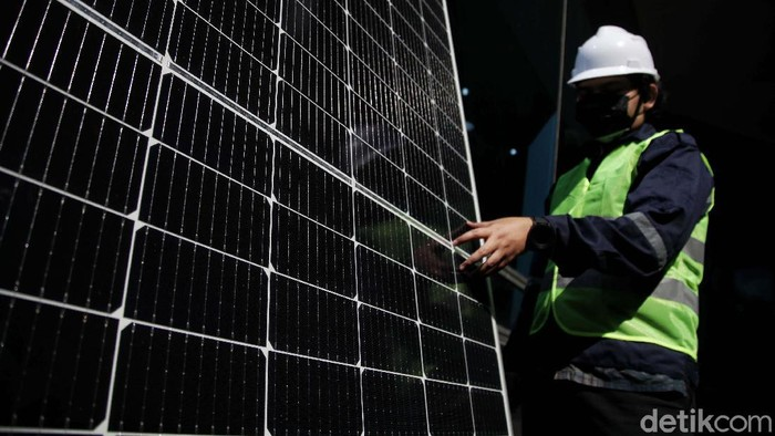 Petugas mengecek deretan panel surya di Gedung Smesco, Jaksel, Kamis (16/9). Menurut data Kementerian ESDM, penggunaan PLTS atap atau solaruv melonjak tajam.