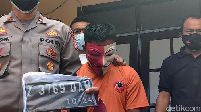 Pria asal Garut berinisial A (39) ditangkap polisi setelah mencuri motor milik tukang perabot. Dia nekat mencuri motor karena butuh modal untuk bertani.