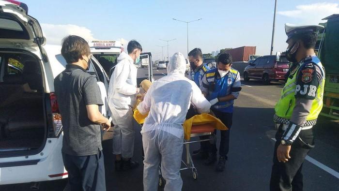 Petugas ber-APD evakuasi jenazah pengemudi di Tol Joglo Kembangan, Jakbar (dok.TMC Polda Metro Jaya)