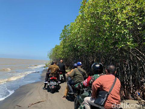 Petugas TNI-Polri harus menyusuri pantai untuk menjangkau warga