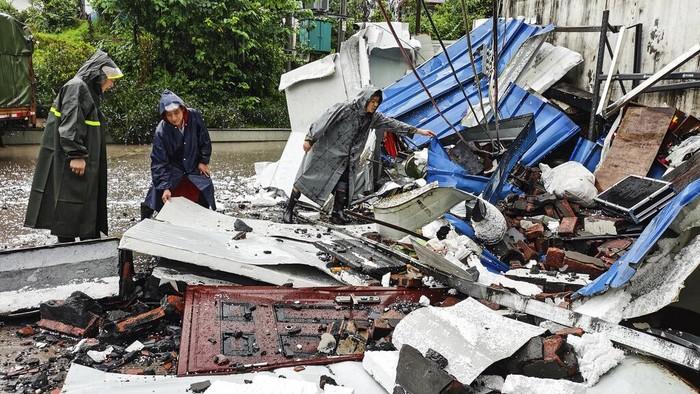 Gempa berkekuatan magnitudo 6 guncang kawasan China. Tak hanya memporak-porandakan bangunan, gempa dilaporkan menewaskan 2 orang serta puluhan lainnya terluka.