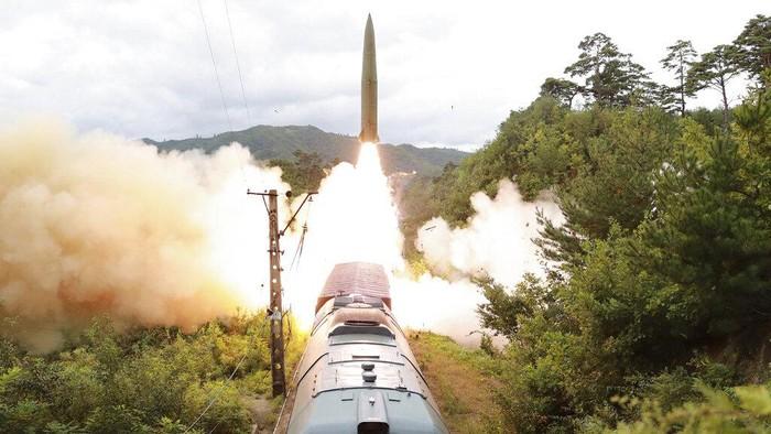 Korea Utara klaim sukses uji coba 'sistem rudal yang dimuat kereta api'. Sistem rudal itu diklaim dirancang untuk menangkal setiap kekuatan yang ancam Korut.