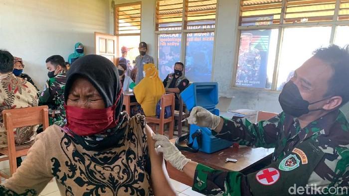 Prajurit TNI melakukan vaksinasi terhadap warga pelosok Karawang