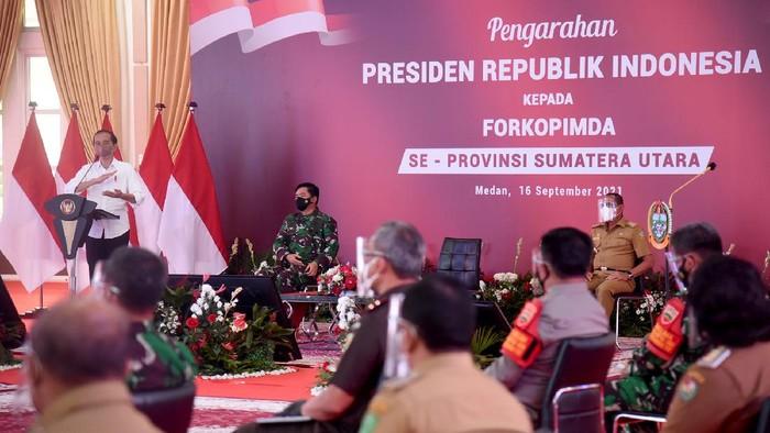 Presiden Jokowi saat memberikan arahan di Rumah Dinas Gubsu Medan