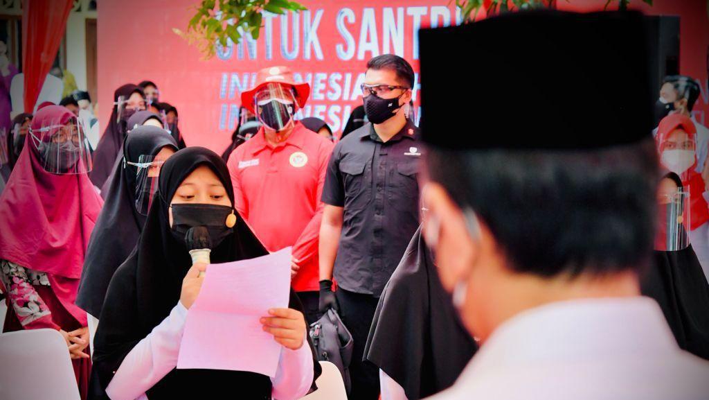 Santriwati di Aceh Bacakan Puisi soal Indonesia Jaya, Jokowi Beri Sepeda