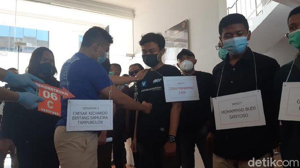 Rekonstruksi kasus mahasiswa PIP Semarang tewas dipukuli seniornya di Polrestabes Semarang. Terungkap fakta baru korban dipukuli dengan lutut.