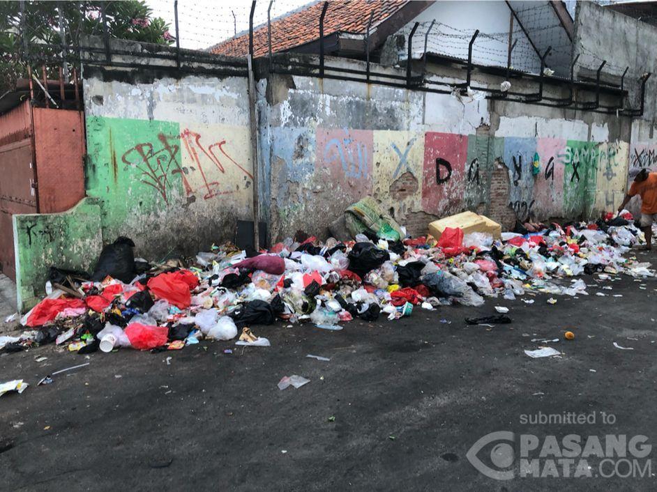Sampah di jalan Kramat, Senen, Jakarta Pusat.