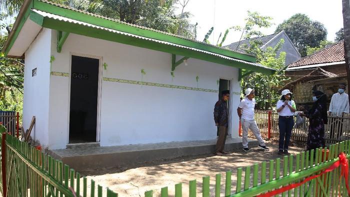 Guna memerangi pandemi COVID, Ewindo memberikan bantuan sumur bor untuk akses air bersih, kamar mandi serta perbekalan untuk pencegahan COVID-19 di Pandeglang, Banten.