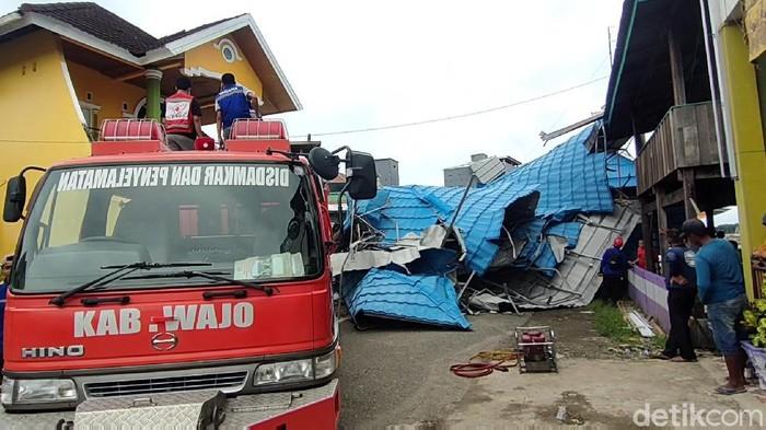 Sejumlah bangunan rusak diterjang puting beliung (Zulkifli Natsir/detikcom)