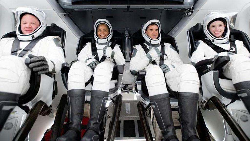 SpaceX Meluncur ke Luar Angkasa Bawa 4 Kru Warga Sipil Pertama dalam Sejarah