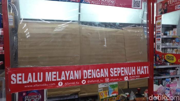 Beberapa hari terakhir, seluruh minimarket di DKI Jakarta diimbau untuk menutup display rokok. Ada yang patuh, ada juga yang masih kucing-kucingan.