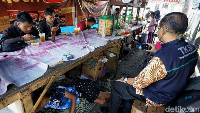 Kisah hidup Cahyo (51) dan Wiwin viral di media sosial. Ia terpaksa membawa 10 anaknya berjualan wedangan dan tidur di warung karena tak mampu bayar kontrakan
