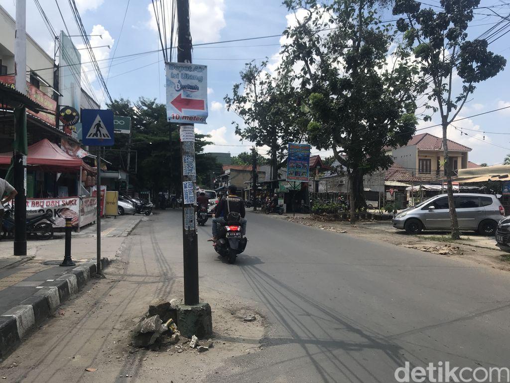 Tiang-tiang makan badan jalan di Jl WR Supratman, Ciputat Timur, Tangsel, 16 September 2021. (Faiz Iqbal Maulid/detikcom)