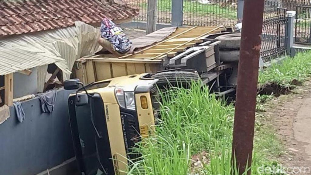 Truk Seruduk Pagar Rumah Warga di Sukabumi