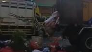 Truk Milik DLH Kota Tangerang Ditabrak di Ciledug, Sampah Berserakan