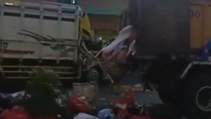 Trus sampah milik DLH Kota Tangerang ditabrak hingga sampah berserakan di jalan, Kamis (16/9/2021).