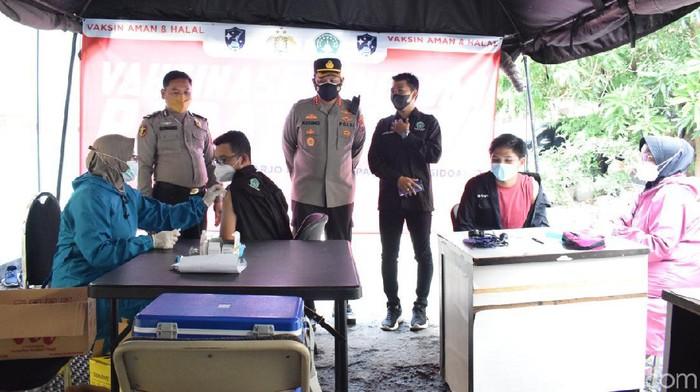 Para Pendekar Pagar Nusa di Sidoarjo mendapat suntikan vaksinasi COVID-19. Ini sebagai upaya percepatan membentuk herd immunity.