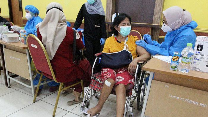 Vaksinasi COVID-19 terus dikebut untuk mengejar herd immunity. Salah satunya di sentra vaksinasi IPSM Nasional, Gelanggang Olahraga Remaja (GOR) Rawamangun, Jakarta.