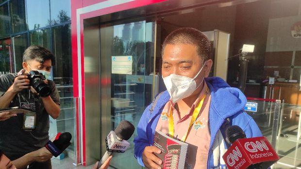 Yudi Purnomo saat hendak meninggalkan gedung KPK, Kunigan, Jaksel. Dia membawa sebuah kardus, Kamis (16/9/2021).