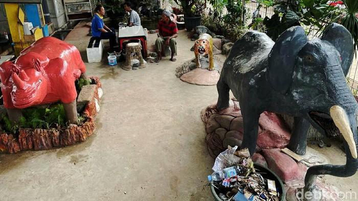 Warga Cipinang Melayu, Jakarta Timur, punya cara tersendiri untuk memanfaatkan lahan di bawah kolong jembatan layang Tol Becakayu. Lahan tersebut dihiasi dengan patung replika binatang aneka satwa serta kolam ikan. Mulai dari replika binatang Burung, Jerapah, Gajah, Badak, hingga Harimau, menghiasi kolong jembatan layang Tol Becakayu.