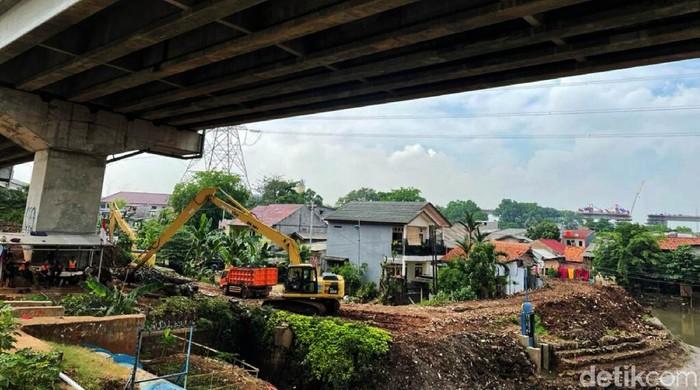 Antisipasi banjir, alat berat exvacator mengeruk sampah dan lumpur, di aliran kali, Cipinang Melayu, Jakarta Timur, Jumat (17/09/2021).