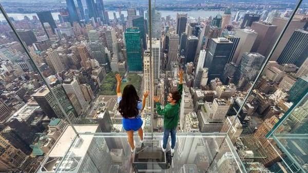 Ada lift yang bawa traveler ke atas ketinggian 365 meter ke luar gedung. (SL Green)