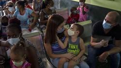 Kuba memvaksinasi anak-anak berusia dua tahun keatas dengan vaksin lokal. Pemerintah Kuba mengklaim vaksin buatannya memiliki efikasi yang nyaris sempurna.