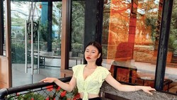 Dihadiahi Tas Mahal oleh Hotman Paris, Ini Pose Vey Ruby Jane di Kafe Saat Hangout