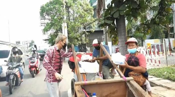 Hobi Berbagi, dr Oky Pratama Bagi-Bagi KFC untuk Pedagang Asongan