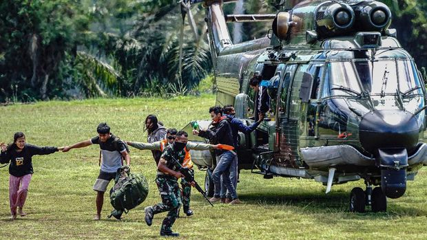 Tenaga kesehatan (Nakes) korban penyerangan Kelompok Kriminal Bersenjata (KKB) tiba di Jayapura usai dievakuasi menggunakan helikopter milik TNI AD di Lapangan Frans Kaisepo Makodam XVII Cenderawasih, Kota Jayapura, Papua, Jumat (17/9/2021). Sembilan dari 11 tenaga kesehatan Puskesmas Kiwirok, Kabupaten Pegunungan Bintang yang menjadi korban penyerangan KKB pada Senin (13/9/2021) di evakuasi ke Jayapura untuk menjalani perawatan di Rumah Sakit Marthen Indey, Kota Jayapura. ANTARA FOTO/Indrayadi TH/hp.