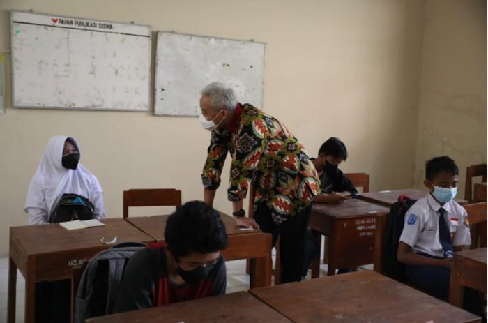 Ganjar Pranowo Beri Laptop Siswi SMP (Foto: Screenshot Portal Resmi Provinsi Jawa Tengah)