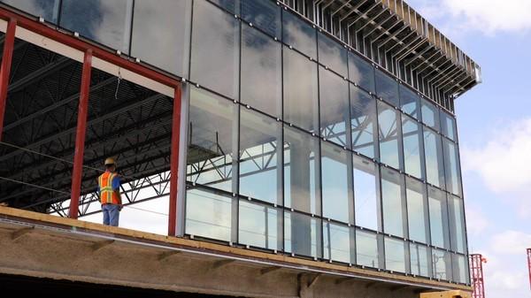 Dindingnya terbuat dari kaca dinamis yang membuat suhu 15-20 derajat lebih dingin di musim panas. (Bandara DFW)