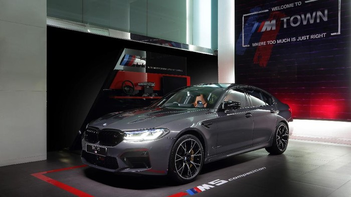 BMW Indonesia meluncurkan BMW M5 Competition terbaru pada Jumat (17/921) secara daring. Mobil sports empat pintu dari BMW M ini, dijual dalam stok yang sangat terbatas dengan harga Rp 4,7 M.