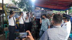 Jenazah Pilot Rimbun Air yang Jatuh di Papua Disambut Hormat Sang Anak
