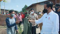 Momen Jokowi Beri Jaket ke Warga Deli Serdang