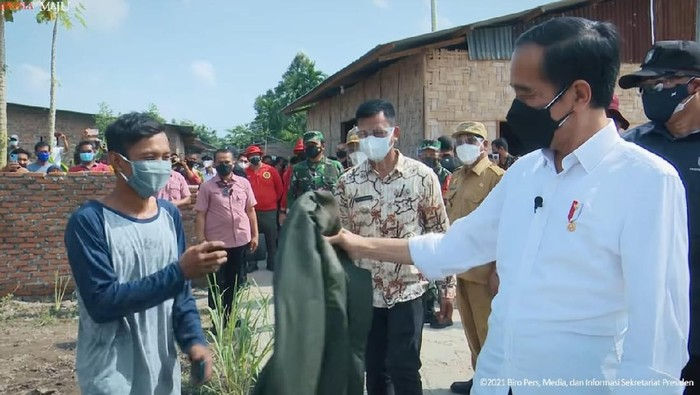 Jokowi berikan jaket ke warga Sumut