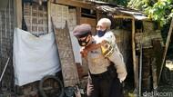 Kejar Herd Immunity, Polisi Jemput Bola hingga Gendong Lansia