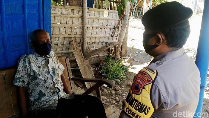 Banyak cara dilakukan untuk mengejar capaian herd immunity. Salah satunya apa yang dilakukan anggota Polsek Comal, Kabupaten Pemalang ini.