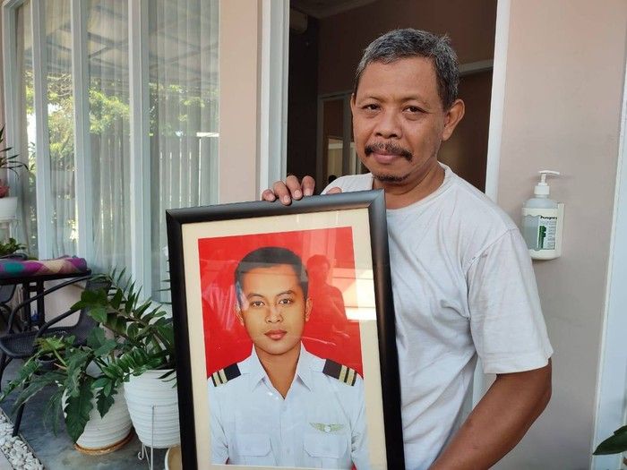 Keluarga Tunjukkan Foto Almarhum Kopilot Rimbun Air, Fajar