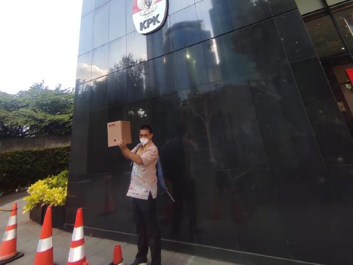 Ketua Wadah Pegawai (WP) KPK, Yudi Purnomo membawa kardus membersihkan barang di kantornya.