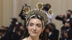 5 Potret Hiasan Kepala Lorde di MET Gala 2021, Disebut Mirip Siger Sunda